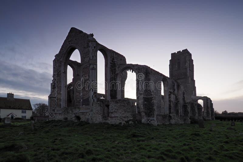 Covehithe Church bij zonsondergang waar een kleinere kerk in de ruïnes zit van een vroegere en veel grotere kerk, Suffolk stock fotografie