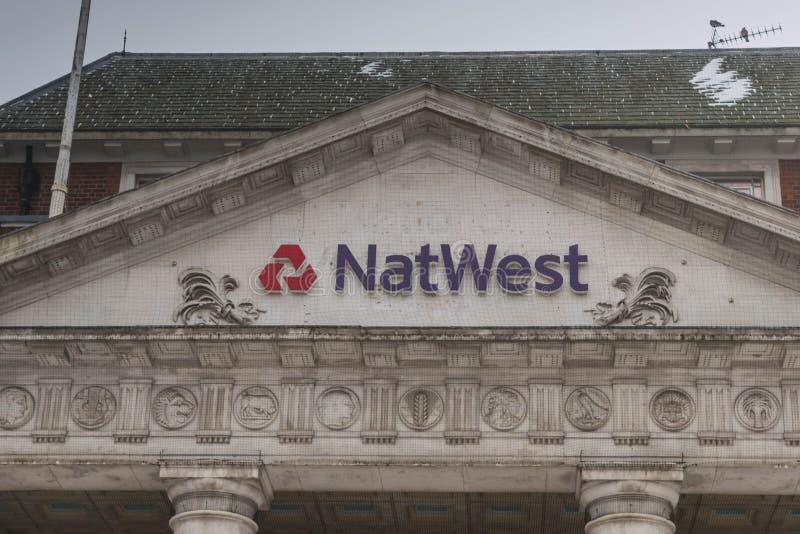 COVENTRY, ENGELAND, het UK - 3 Maart 2018: De tak van de NastWestbank in de stadscentrum van Coventry in een bewolkte sneeuwende  royalty-vrije stock fotografie