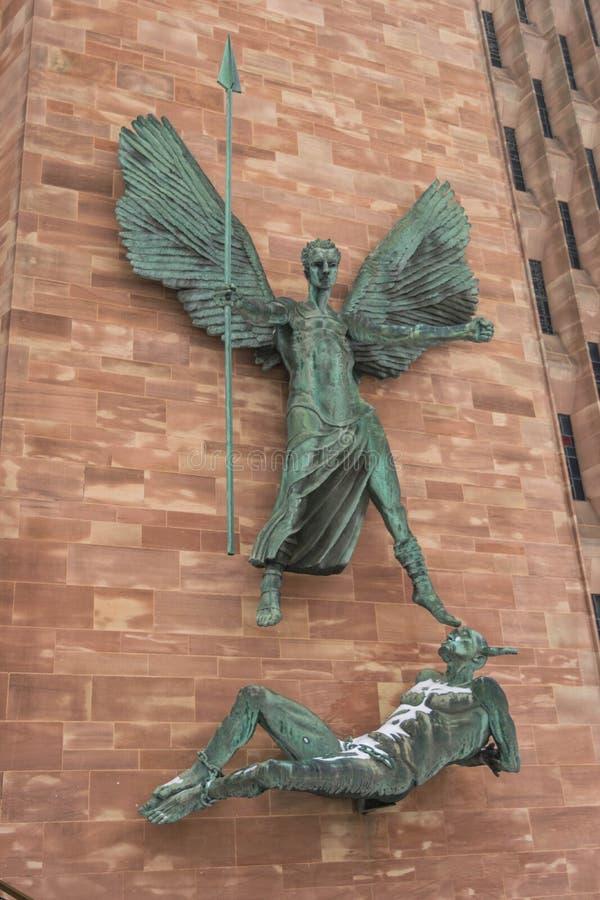 COVENTRY, ENGELAND, het UK - 3 Maart 2018: St Michael en het Duivelsbeeldhouwwerk door beroemde kunstenaar Jacob Epstein in Coven royalty-vrije stock foto