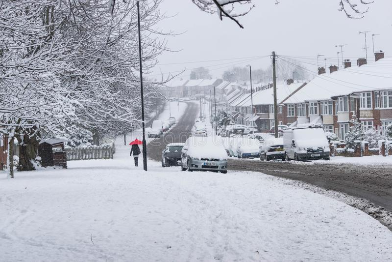 COVENTRY FÖRENADE KUNGARIKET 10-12-2017: tungt snöfall, bilar som täckas av snö, och påverkad trafik royaltyfri foto