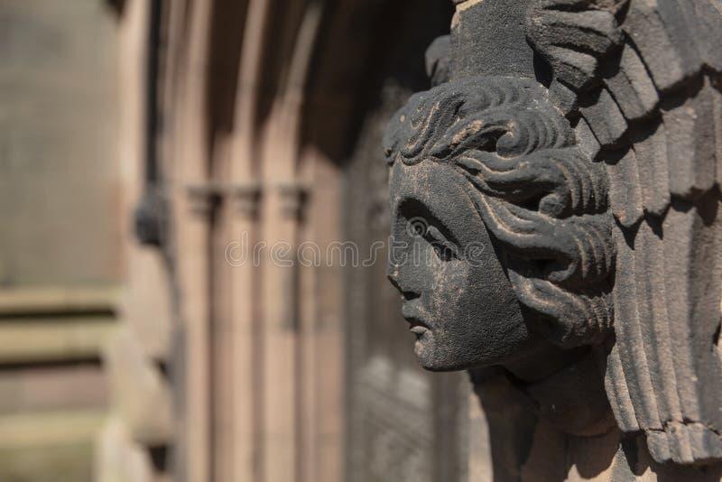 Coventry, Warwickshire, Regno Unito, il 27 giugno 2019, angeli scolpiti si dirige sulla chiesa della cattedrale di St Michael fotografie stock