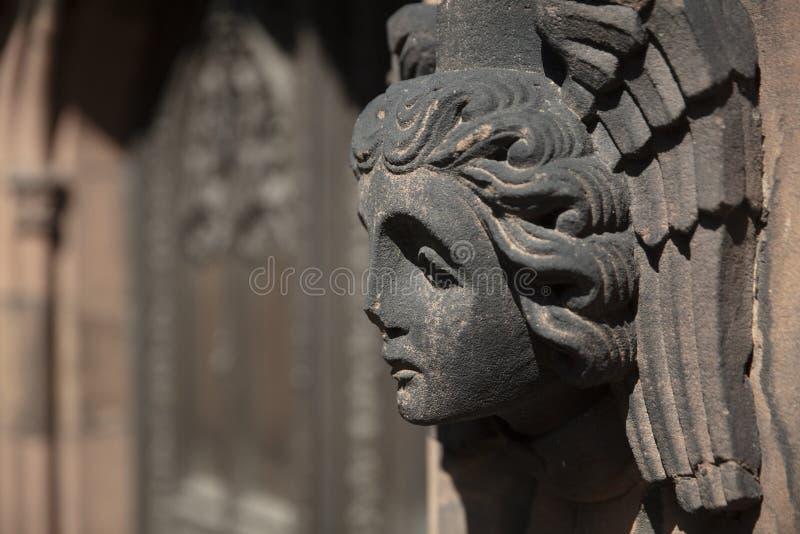 Coventry, Warwickshire, Regno Unito, il 27 giugno 2019, angeli scolpiti si dirige sulla chiesa della cattedrale di St Michael fotografia stock libera da diritti
