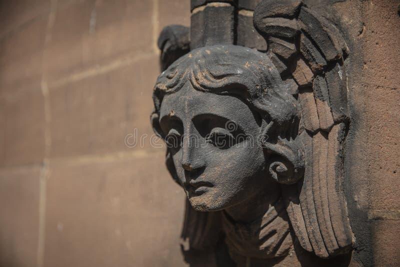 Coventry, Warwickshire, Regno Unito, il 27 giugno 2019, angeli scolpiti si dirige sulla chiesa della cattedrale di St Michael immagine stock