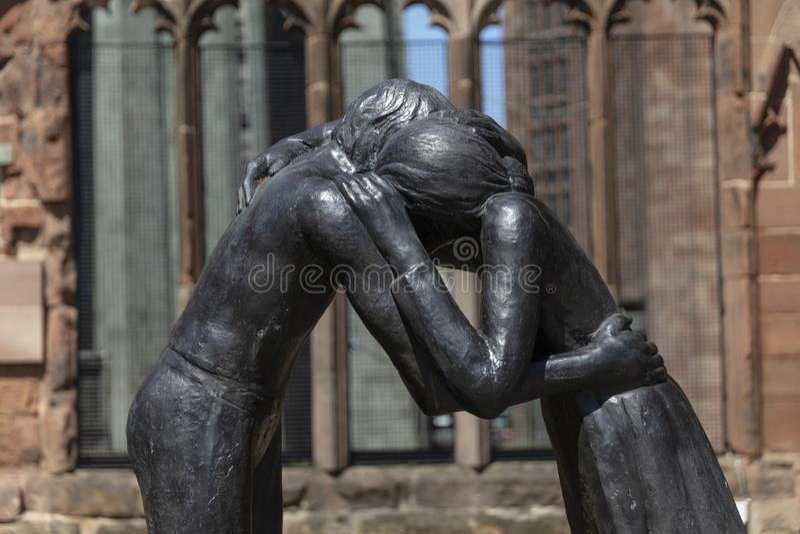Coventry, Warwickshire, UK, Czerwiec 27th 2019, pojednanie pamiątkowa rzeźba przy Katedralnym kościół Świątobliwy Michael obraz royalty free
