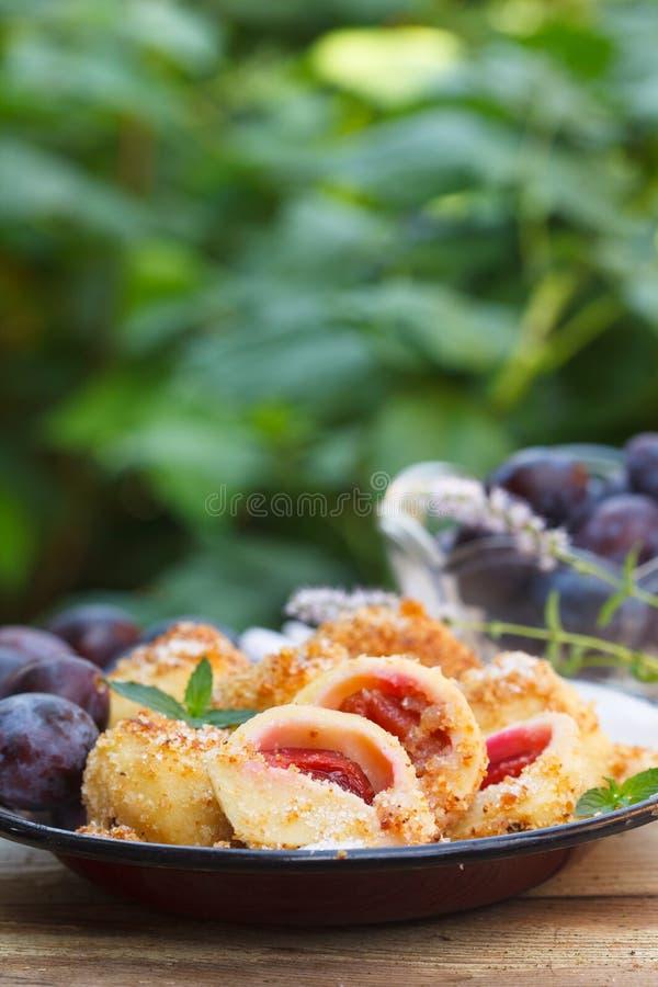 Coverder degli gnocchi della prugna con il pangrattato e spruzzato con zucchero fotografie stock libere da diritti
