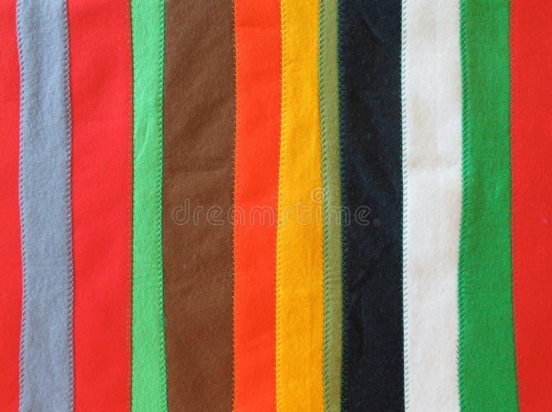 Coverlet φιαγμένο από μακροχρόνιες λουρίδες αισθητός στα διαφορετικά χρώματα που συρράπτονται στοκ φωτογραφία