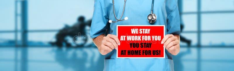 COVID-19 Κοινωνική απόσταση Ιατρική νοσοκόμα που προωθεί την παραμονή στο σπίτι για να βοηθήσει τους εργαζόμενους Εκμεταλλεύσεις στοκ φωτογραφία με δικαίωμα ελεύθερης χρήσης