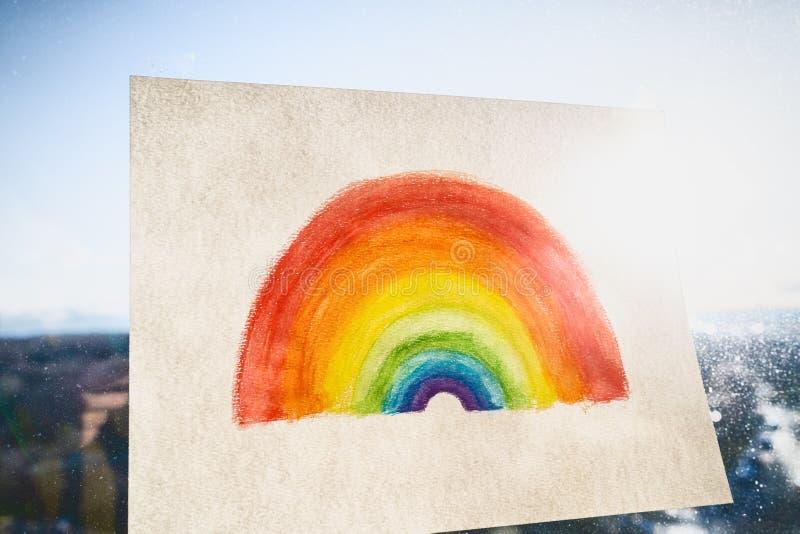 Covid-19 Παιδιά του ουράνιου τόξου που ζωγραφίζουν κρεμασμένα στο παράθυρο ως μήνυμα ελπίδας στα μέσα κοινωνικής δικτύωσης για τη στοκ εικόνες με δικαίωμα ελεύθερης χρήσης