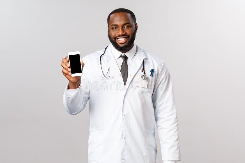 Covid19、流行病和在线任命概念 面带微笑的职业非洲裔男性医生建议你留下 免版税库存照片