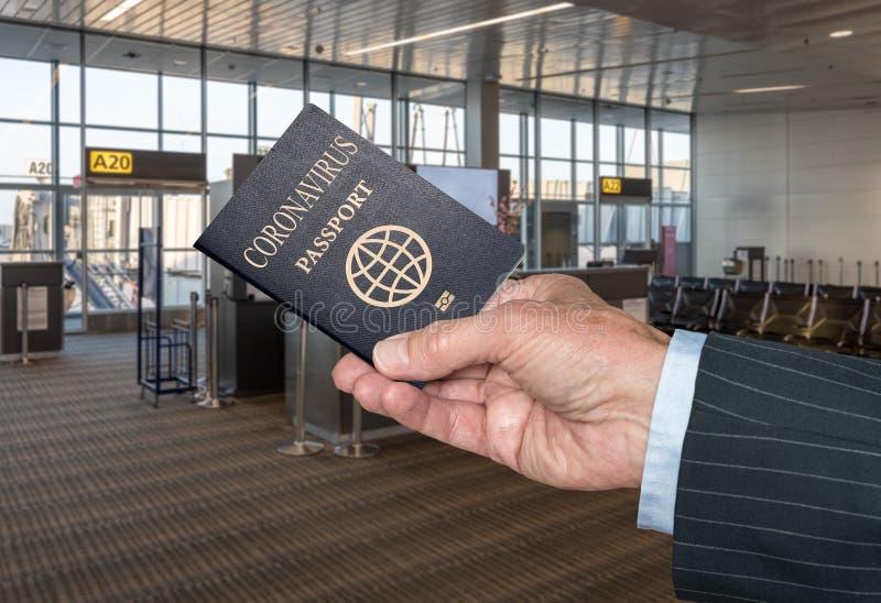 Covid-19冠状病毒护照在机场展示病毒免疫力 免版税库存照片