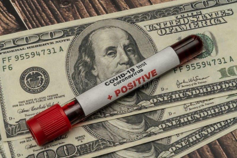 COVID 19 Coronavirus, échantillon de sang infecté dans le tube échantillon, en dollars, Médicaments business photographie stock