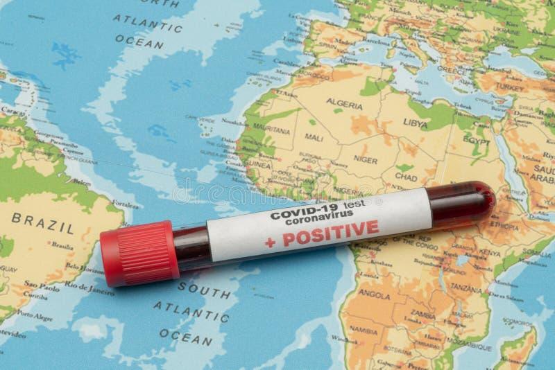 COVID 19 Coronavirus, zakażona próbka krwi w probówce, na mapie świata, rozprzestrzenianie się choroby, pandemia, handel lekami obraz royalty free