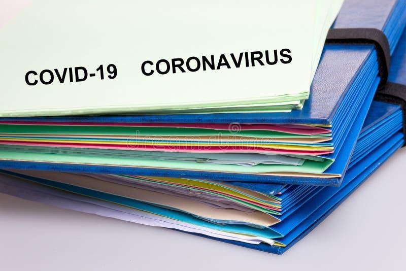 Covid-19 File di carta del Coronavirus e documento scientifico del covid 19 virus della corona fotografia stock libera da diritti