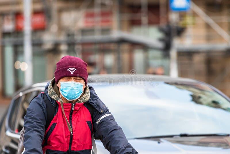 Covid-19 Grippevirus in Europa verbreitet sich Menschen, die eine medizinische Maske gegen Coronavirus, Influenzaviren und Krankh stockfoto