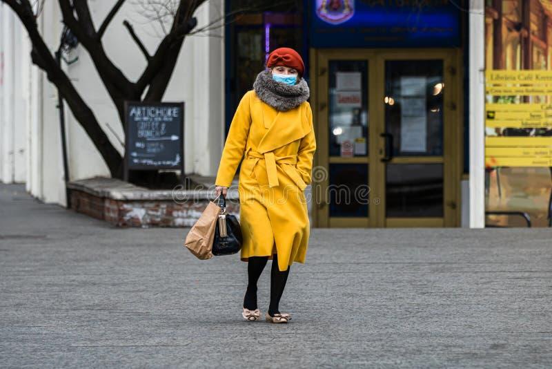 Covid-19 Grippevirus in Europa verbreitet sich Menschen, die eine medizinische Maske gegen Coronavirus, Influenzaviren und Krankh lizenzfreies stockbild