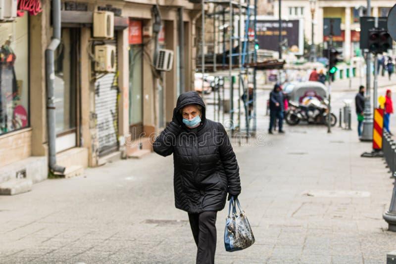 Covid-19 Grippevirus in Europa verbreitet sich Menschen, die eine medizinische Maske gegen Coronavirus, Influenzaviren und Krankh stockbild