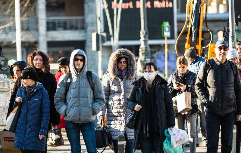 Covid-19 Grippevirus in Europa verbreitet sich Menschen mit ärztlicher Maske gegen Coronavirus Konzept der Gesundheitsversorgung  stockbilder