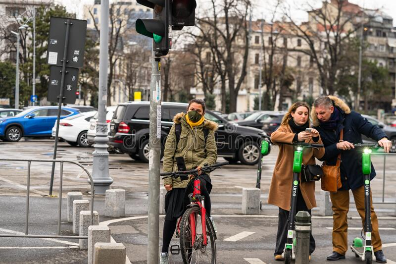 Covid-19 Grippevirus in Europa verbreitet sich Menschen mit ärztlicher Maske gegen Coronavirus Medizinische Frau auf dem Fahrrad lizenzfreies stockbild