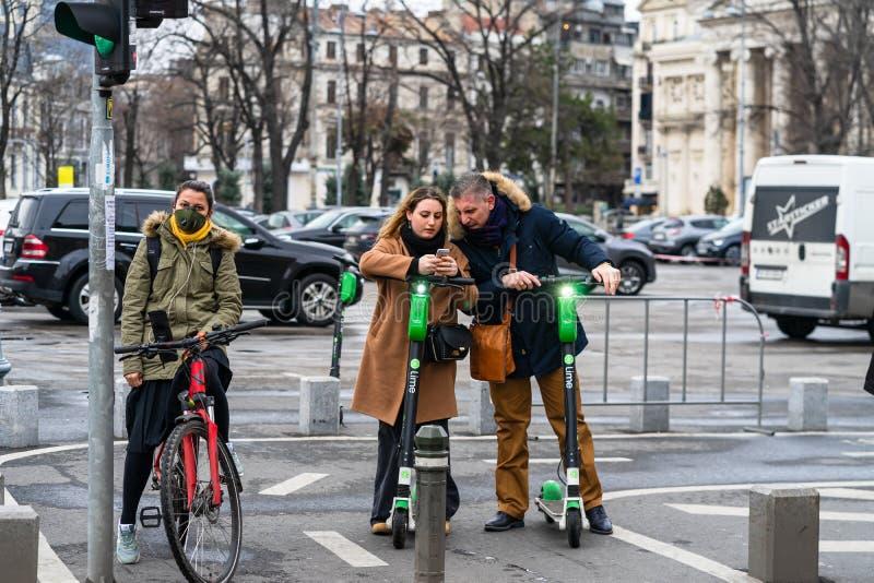 Covid-19 Grippevirus in Europa verbreitet sich Menschen mit ärztlicher Maske gegen Coronavirus Medizinische Frau auf dem Fahrrad lizenzfreie stockfotografie