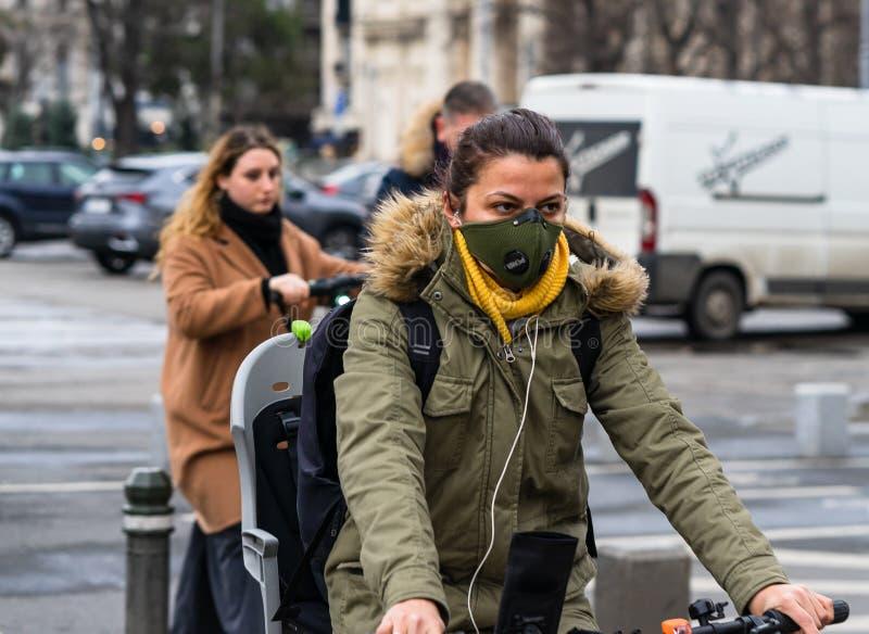Covid-19 Grippevirus in Europa verbreitet sich Menschen mit ärztlicher Maske gegen Coronavirus Medizinische Frau auf dem Fahrrad stockbild