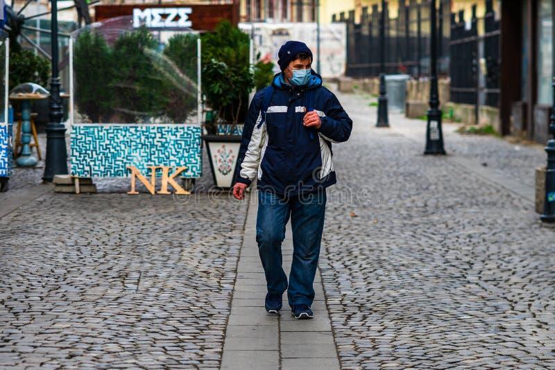 Covid-19 Grippevirus in Europa verbreitet sich Menschen mit medizinischer Maske gegen das Corona-Virus Konzept der Gesundheitsver stockbild