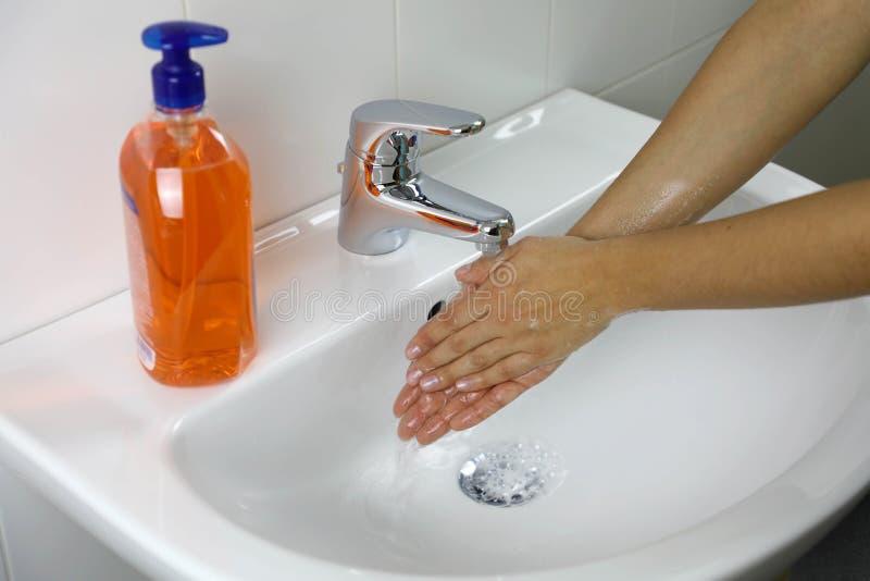 COVID-19 Hygiene-Konzept Händewaschen mit Seife unter dem Wasserhahn mit Wasser gegen Novel coronavirus 2019-nCoV Antiseptika, stockfoto