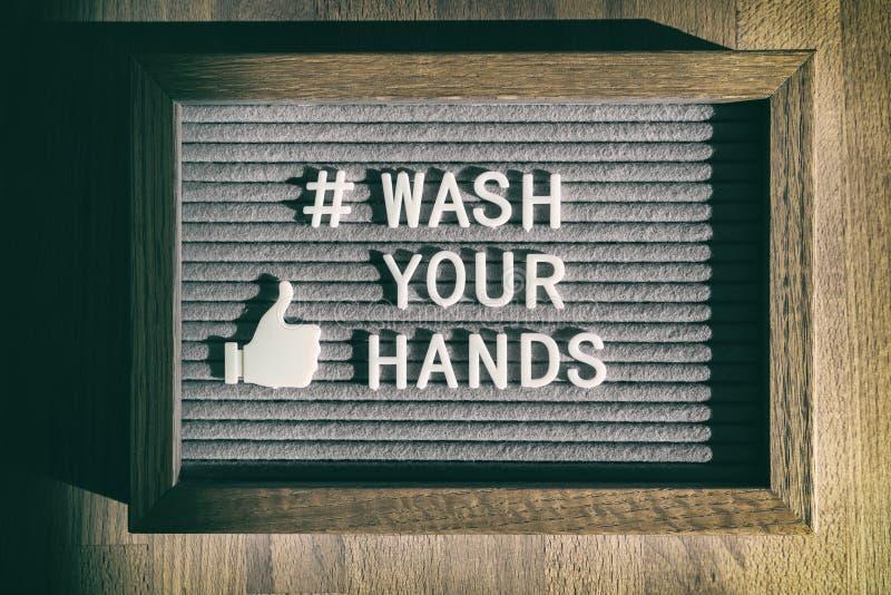 COVID-19 mensagem de higiene manual coronavírus texto de mídia social para lavar suas mãos hashtag Sinal de placa de feltro do ví foto de stock royalty free