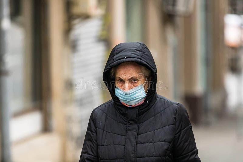 Covid-19 virus dell'influenza che si diffonde in Europa Persone che indossano una maschera medica contro il coronavirus, i virus  fotografie stock libere da diritti
