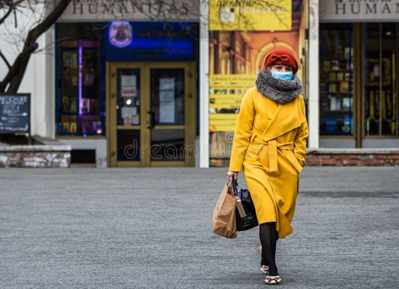 Covid-19 virus dell'influenza che si diffonde in Europa Persone che indossano una maschera medica contro il coronavirus, i virus  fotografia stock
