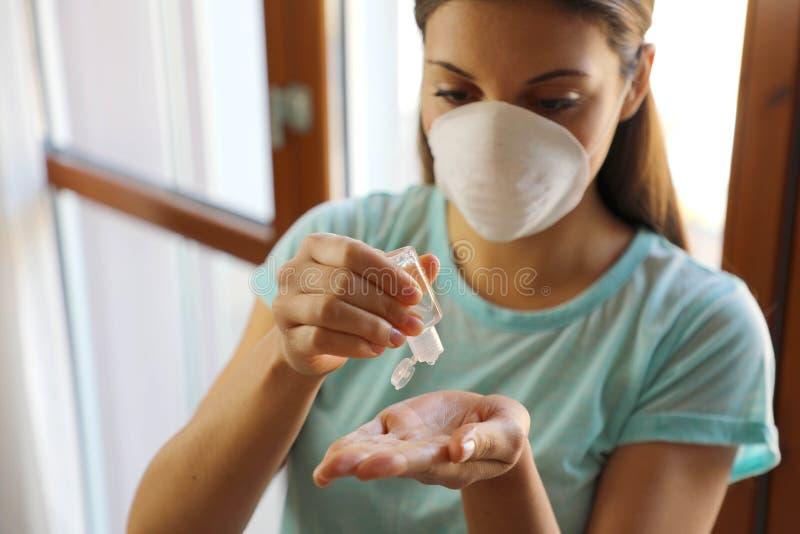 COVID- 19 Zamykająca kobieta za pomocą dozownika żelu do prania ręcznego, przeciwko Novel coronavirus 2019-nCoV w domu izolacja d zdjęcia royalty free