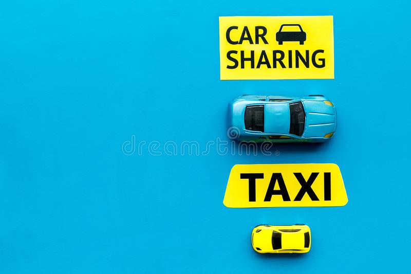 Covoiturage contre le concept de taxi Comparer le système et le taxi de covoiturage Les voitures et le texte de jouet se connecte images stock