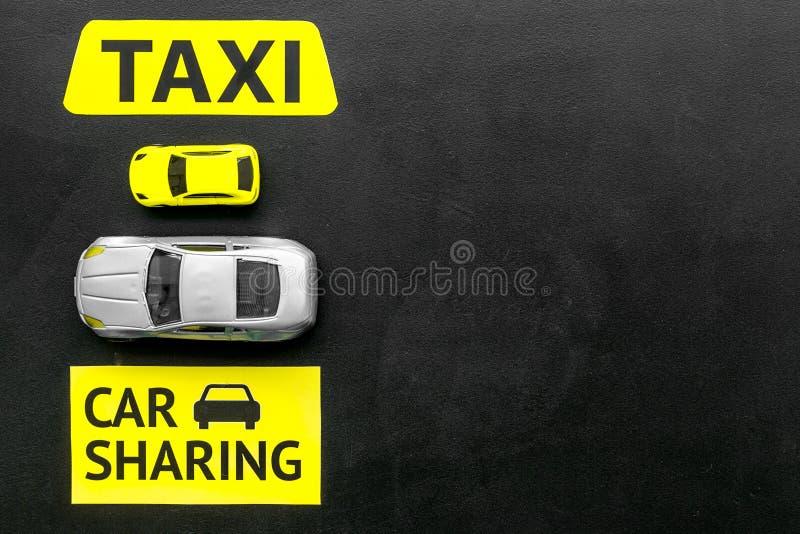 Covoiturage contre le concept de taxi Comparer le système et le taxi de covoiturage Les voitures et le texte de jouet se connecte photos libres de droits
