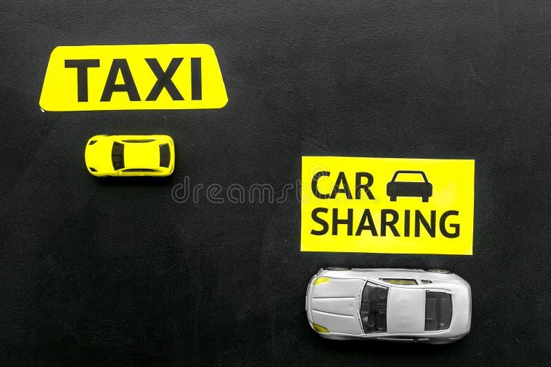 Covoiturage contre le concept de taxi Comparer le système et le taxi de covoiturage Les voitures et le texte de jouet se connecte photos stock