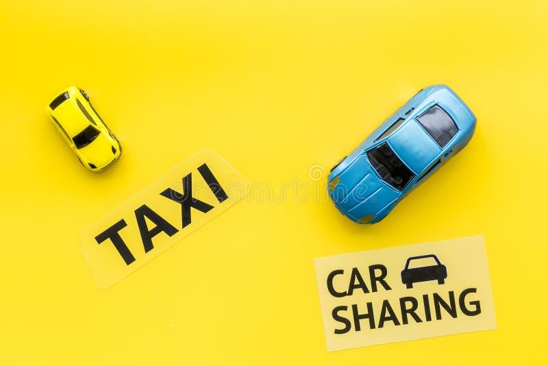 Covoiturage contre le concept de taxi Comparer le système et le taxi de covoiturage Concept de voyage de bateau Les voitures et l photos libres de droits