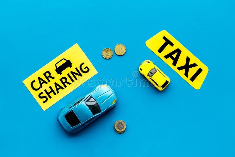 Covoiturage contre le concept de taxi Comparer le système et le taxi de covoiturage Concept de voyage de bateau Pièces de monnaie photos stock