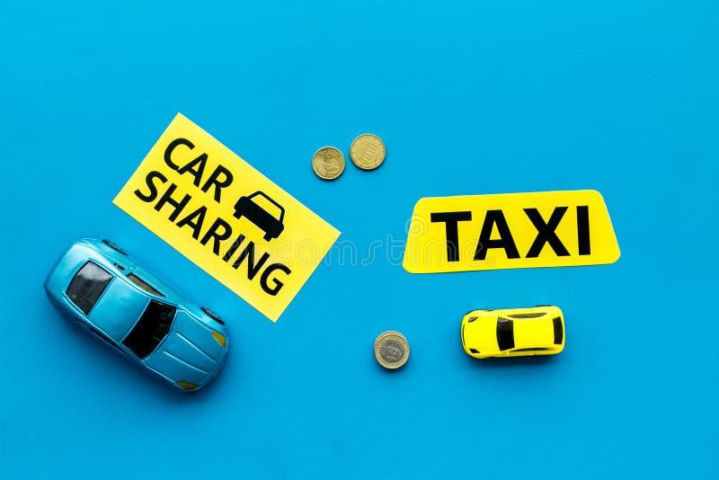Covoiturage contre le concept de taxi Comparer le système et le taxi de covoiturage Concept de voyage de bateau Pièces de monnaie photo stock