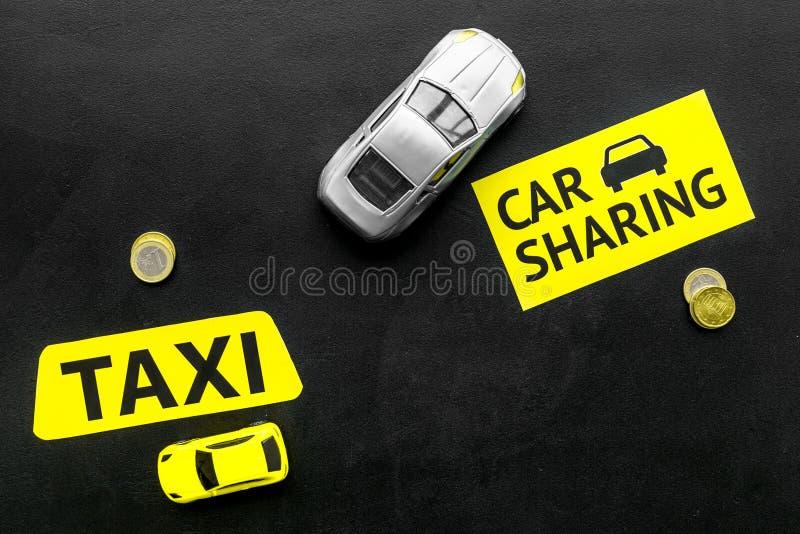 Covoiturage contre le concept de taxi Comparer le système et le taxi de covoiturage Concept de voyage de bateau Pièces de monnaie photographie stock libre de droits