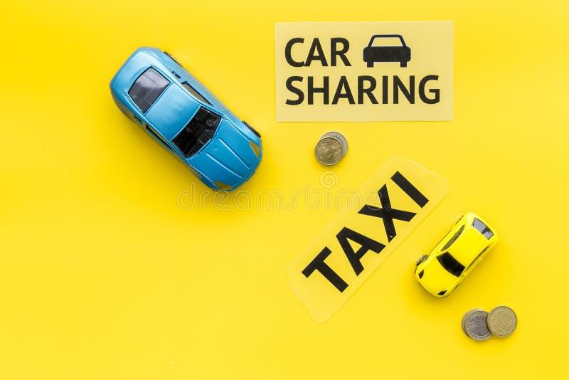 Covoiturage contre le concept de taxi Comparer le système et le taxi de covoiturage Concept de voyage de bateau Pièces de monnaie photos libres de droits