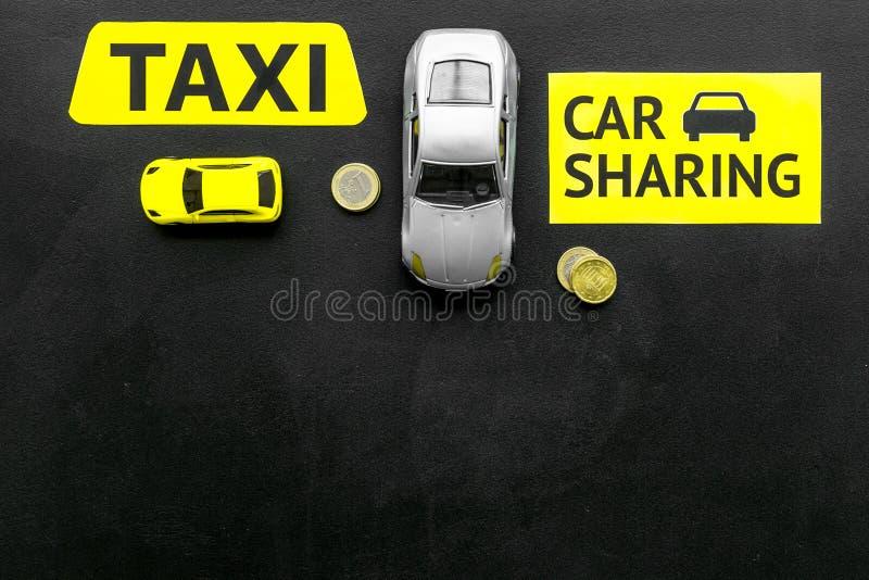 Covoiturage contre le concept de taxi Comparer le système et le taxi de covoiturage Concept de voyage de bateau Pièces de monnaie photographie stock