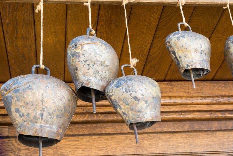 Cow-bells που κρεμούν σε μια ξύλινη ακτίνα στοκ φωτογραφίες
