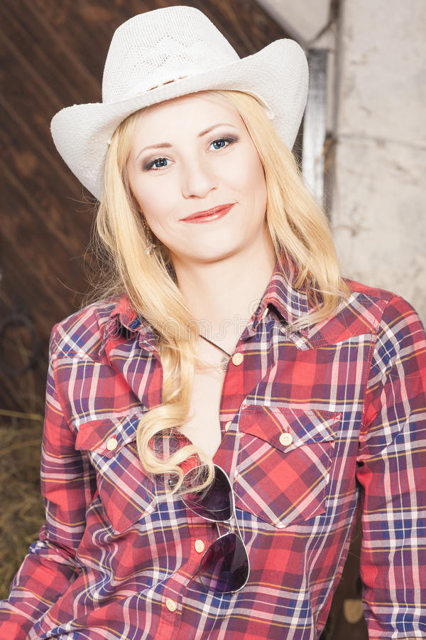 Cow-girl blonde heureuse de sourire sensuelle portant Stetson image libre de droits