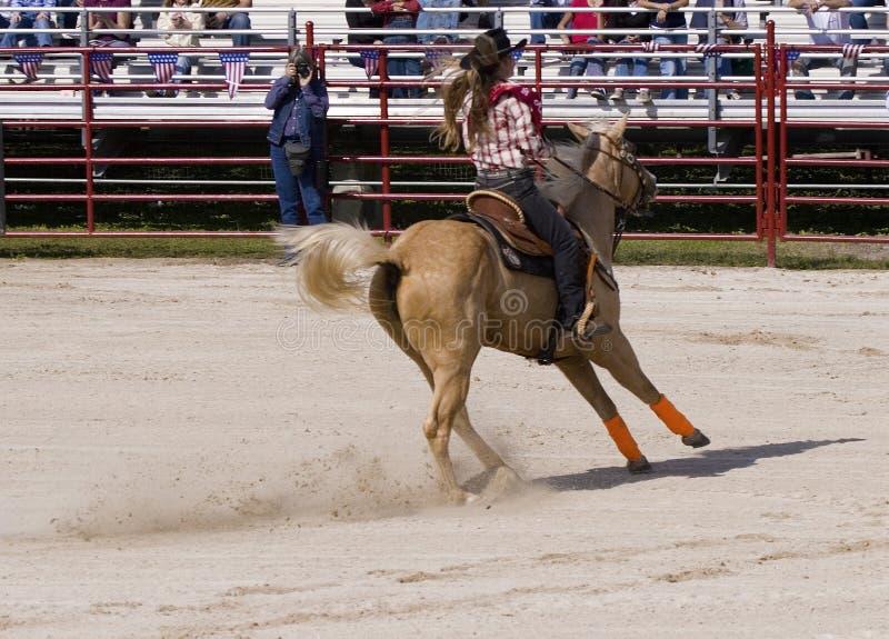 Cow-girl conduisant un cheval images libres de droits
