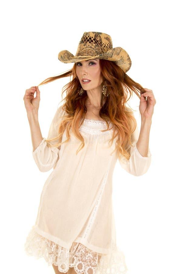 Cow-girl dans la robe courte blanche et le regard rouge de cheveux images libres de droits