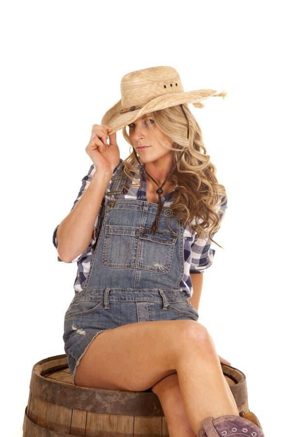 Cow-girl sur le chapeau sérieux d'astuce de combinaisons de baril images stock