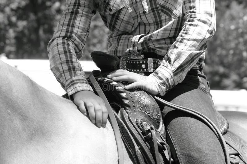 Cow-girl sur le repos de cheval photo stock