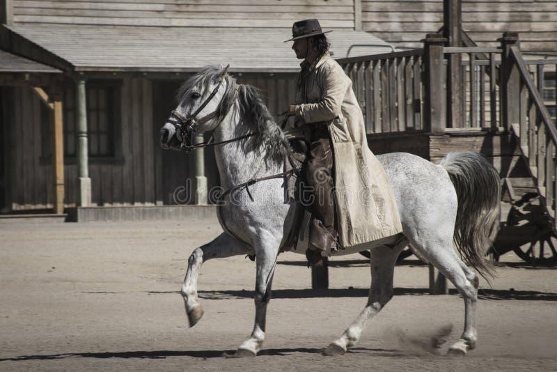 Cowboy a cavallo bianco immagini stock libere da diritti