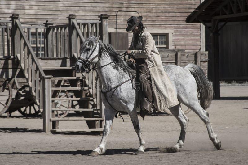 Cowboy a cavallo con la sua testa gi? fotografie stock libere da diritti