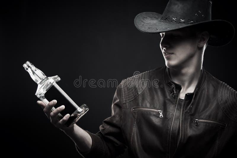 Cowboy com a garrafa do uísque fotos de stock
