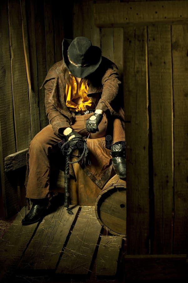 Cowboy con la frusta di cuoio nera di fustigazione immagine stock libera da diritti