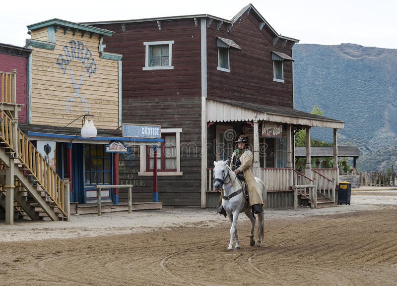 Cowboy conduisant son cheval dans la ville photo libre de droits